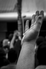 Mãos durante um ato religioso / Hands during a religious act_04 (jadc01) Tags: blackandwhite d3200 nikon nikon18140mm people pessoas streetphotography