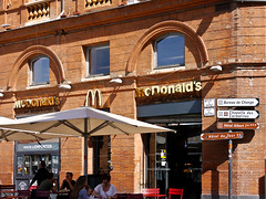 photo - Golden Arches on the Place du Capitole (Jassy-50) Tags: photo toulouse france placeducapitole mcdonalds fastfood sign umbrella goldenarches signpost