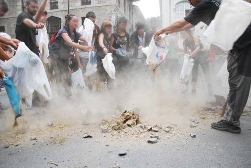 Enterrando el hormigón en la plaza del ayuntamiento de Bergara