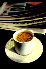 jornal e café. (Nay Hoffmann) Tags: