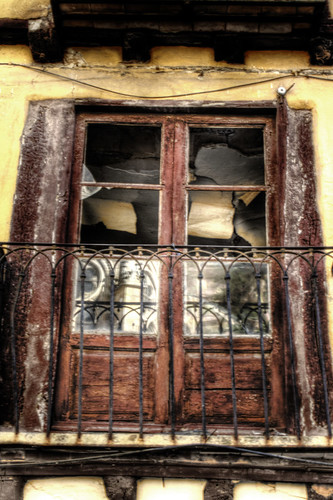Broken window. Leon. Spain. Ventana rota. España.