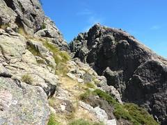 Tentative voie directe de montée depuis le col : l'impasse de la brèche/ravin avant le sommet