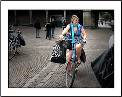 Straat / Bagage (Theo Kelderman) Tags: street people holland netherlands canon nederland denhaag vrouw bagage fiets 2010 straat mensen binnenhof theokeldermanphotography