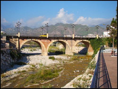 Puente sobre río en Nerja
