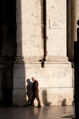 (Andre  Lima) Tags: old shadow man portugal lisboa lisbon ruaaugusta terreirodopao andrelima andrlima aclima eupersigovelhinhos