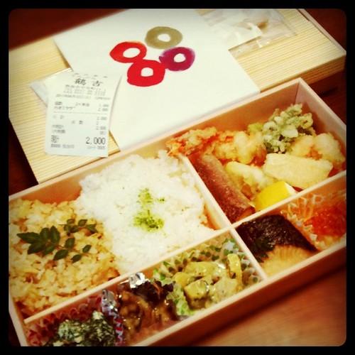 今日のお昼はちょっと贅沢に「鶴吉」さんの天ぷら弁当。美味しそう