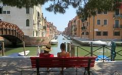 Flâneuses (Robert Saucier) Tags: venise venice venezia banc bench buildings architecture canal pont bridge arbre tree img9829 explore explorejun292017261