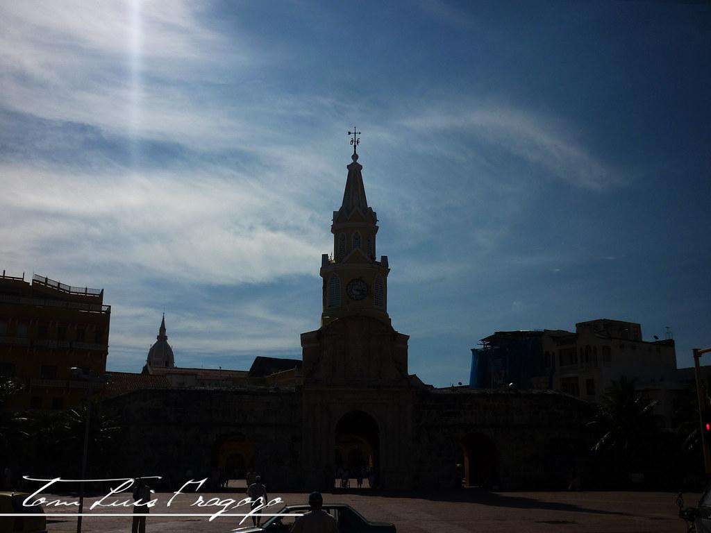 una vista hacia la torre del reloj la cual el sol se extrae el color de la imagen