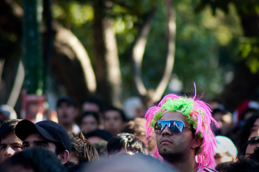 Un hincha portando una peluca observa hipnotizado el partido emocionante de Paraguay vs España (Elton Núñez - Asunción, Paraguay)