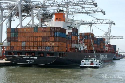 "Un ""pequeño"" barco un un par de contenedores en Rotterdam"