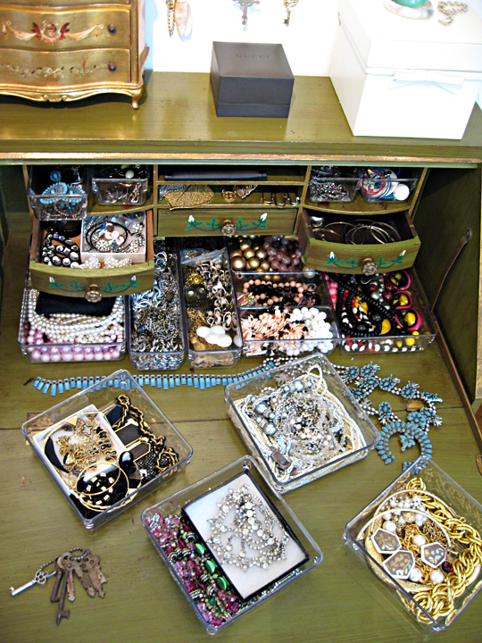 organizing jewelry ideas+lucite trays, how to organize jewelry, organize necklaces, where to keep my jewelry