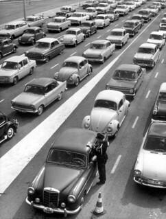 From flickr.com/photos/29998366@N02/4796120082/: Paasdrukte: files bij de grens / Easter holidays: traffic jam