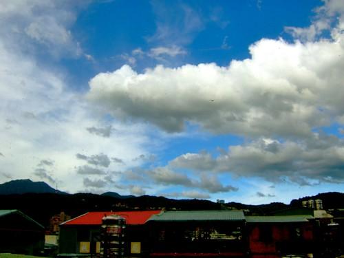這位水塔家的民眾,你們應該趕快出來看這片雲阿