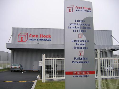 FREESTOCK Entrée avec totem