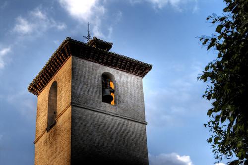 St. Nicolas church bell tower at sunset. Granada. Campanario de la iglesia de San Nicolás al atardecer.