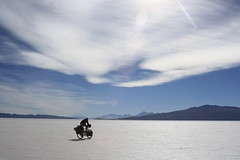 Heading towards Isla de Coipasa (Pikes On Bikes) Tags: bike america cycling south bolivia cycle andes bici touring altiplano oruro cycletouring americadelsur salardecoipasa coipasa pikesonbikes bicitourismo
