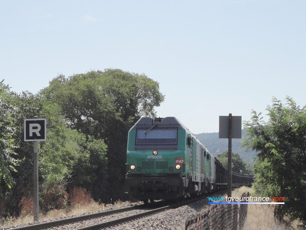 Vue d'un convoi de marchandises circulant sur la ligne Aix-en-Provence - Gardanne