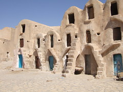 Chorfas tunisiens (Persodan) Tags: 2005 architecture gallery photos maisons daniel country award terre mur campagne tunisie sud afrique papineau nikkon lickr afriquedunord nikond200 fixfocal abigfave tunisie2005 nikonflickraward architecturedeterre objectifsstandard nikkond20055micronikkor danielpapineau danielpapineauallrightreserved maisonsenterre photographedanielpapineau photographerdanielpapineau chorfas