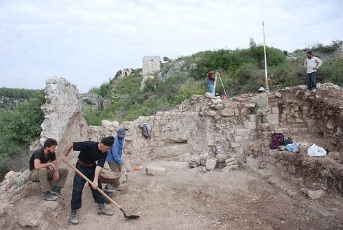 Fouilles stratigraphiques de la chapelle ouest de la basse-cour du Château de Saladin/Saône/Sahyun (Syrie, 2008)