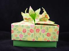 Flores verde (Heloisa Madela) Tags: japan paper origami box artesanato caja caixa boxes papel papier japones folding handcraft artesania caixinha dobradura wwwhelogamicom