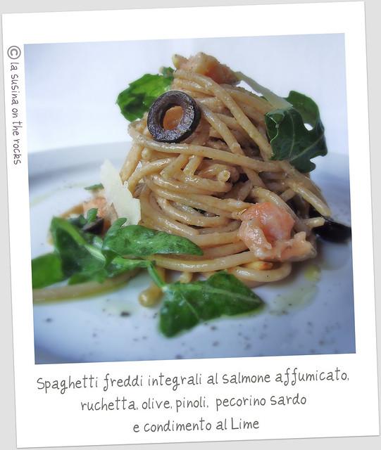 spaghetti freddi integrali al salmone affumicato, ruchetta, olive, pinoli, pecorino sardo e condimento al lime