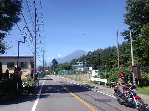 山伏峠から山中湖へ下る道から見る富士山