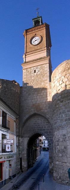 puerta torre reloj soria muralla almazán
