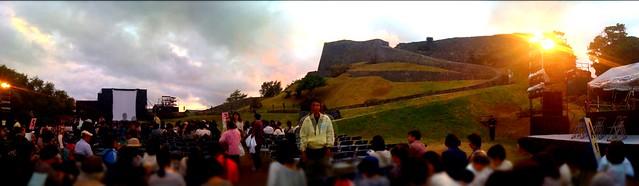 「肝高の阿麻和利」公演会場、世界遺産・勝連城跡のパノラマ。7時から、東儀秀樹さんとコラボする200名近い?阿麻和利メンバーの舞台が始まります。