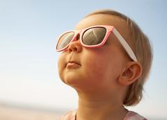 [フリー画像] 人物, 子供, 赤ちゃん, 見上げる, サングラス, オランダ人, 201007011300