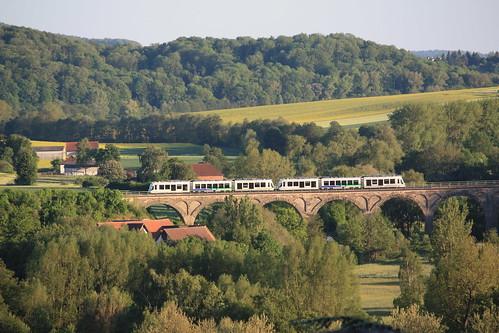 Baureihe 452  bzw. 689 überquert Viadukt