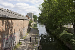 Hertford Union Canal, E3 (Tetramesh) Tags: uk greatbritain england london walking canal unitedkingdom britain walk londres londra londen londinium lontoo llondon londone londonwalks citywalks londyn llundain britishwaterways londn  londona londoncanal inlandwaterways hertfordunioncanal londain londono londonboroughoftowerhamlets tetramesh francisgiles  urbanwalks londonwaterway loundres waterwaysinlondon londonswaterways londr  duckettscanal regentscanalcompany sirgeorgeduckett