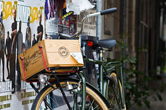 Caja de madera (Claudio Olivares Medina) Tags: viaje copenhagen bicicleta parrilla dinamarca estacionamiento movilidad canasto estacionada