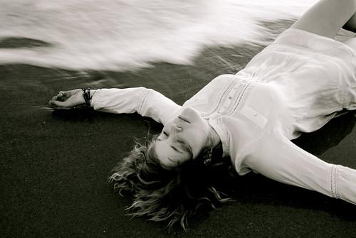 フリー写真素材, 人物, 女性, 寝転ぶ, モノクロ写真,
