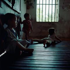 Bn trong (Le Tran Hau Anh) Tags: children vietnam hasselblad500cm epsonv700 kodakektacolor160overdate 60f35cft