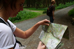 Karte lesen auf dem Weg zum Fuchstanz im Taunus. Juli 2010.