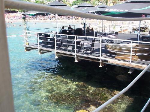 Bar colgando sobre el mar en Ulcinj