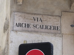 Via Arche Scaligere, Verona - road sign (ell brown) Tags: italy brick sign shakespeare unescoworldheritagesite unesco worldheritagesite verona roadsign romeoandjuliet williamshakespeare veneto northernitaly montagues badcondition medievalbuilding scaligeri viaarchescaligere romeoshouse houseofmontecchi romeosfamily originalbattlements