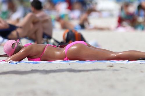 amber rose pink bikini at the beach