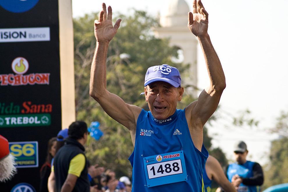 Cecilio Peralta, de avanzada edad, conquista su tiempo 02:08:30 en la categoria 21k masculino logrando el puesto 217 en las generales. (Diego Ayala - Asunción, Paraguay)