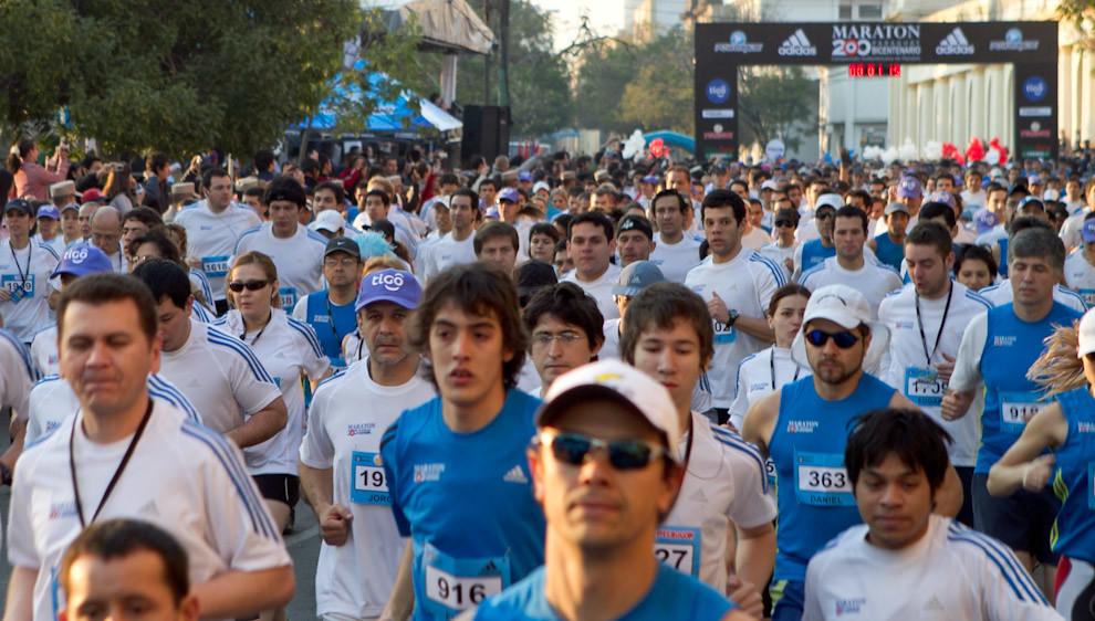 Participantes de las categorías 10k y 21k a 1 minuto de la largada pasando frente a la Plaza Independencia. (Tetsu Espósito - Asunción, Paraguay)