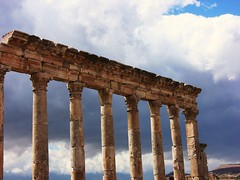 SYRIEN-Apamea , Sulen vor Wolken (roba66) Tags: travel history archaeology ruins roman rustic middleeast historic explore arabia syria antic ih ruinen siria voyag