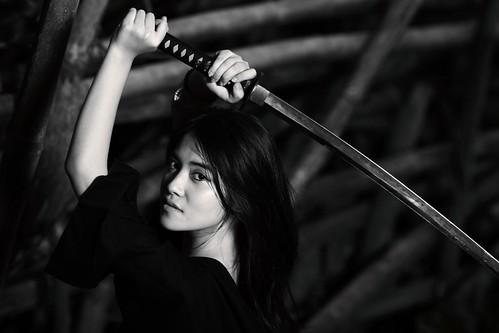 フリー写真素材, 人物, 女性, アジア女性, 剣・刀, モノクロ写真, インドネシア人,