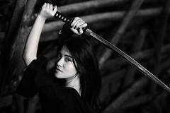 [フリー画像] 人物, 女性, アジア女性, 剣・刀, モノクロ写真, インドネシア人, 201008210300