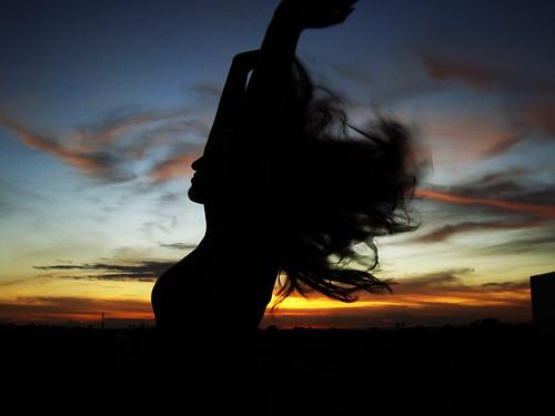 フリー写真素材|人物|女性|人と風景|夕日・夕焼け・日没|シルエット|髪がなびく|