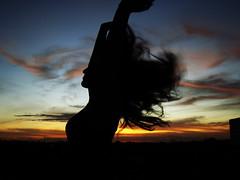 [フリー画像] 人物, 女性, 人と風景, 夕日・夕焼け・日没, シルエット, 髪がなびく, 201008242300