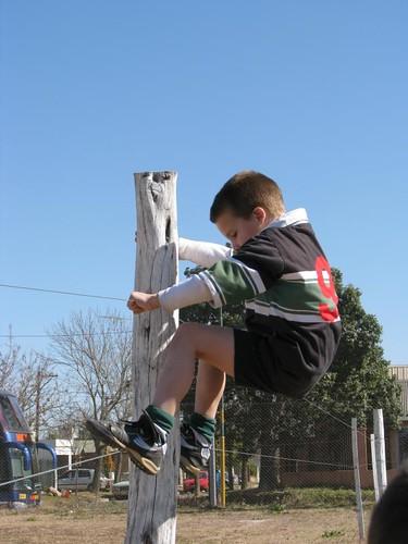 Santi juega afuera de la cancha