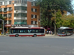 [Buses in Beijing] Jinghua BK6120N1 <CNG>  Huanghai DD6129S05 <CNG>  BPT #57707 #57363 Front-left at Xiaozhuang Crossing (tonyluan1990) Tags: china bus beijing   publictransport autobus citybus   lowfloor transitbus  alternativefuelvehicle  cngbus beijingpublictransportholdingsltd accessiblebus     beijingpublictransport