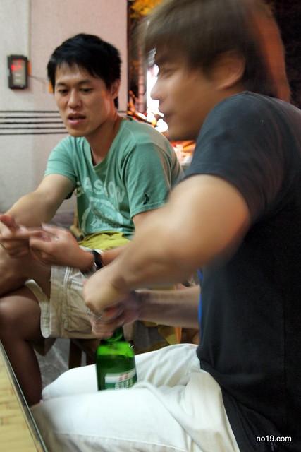 石大哥賴打開酒瓶 - 01290029