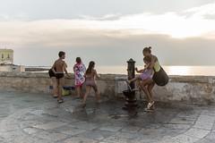 Gallipoli, lungomare con fontanella (Angelo M™) Tags: gallipoli puglia lungomare mare seaside sea landscape paesaggio tramonto sunset italia italy street people