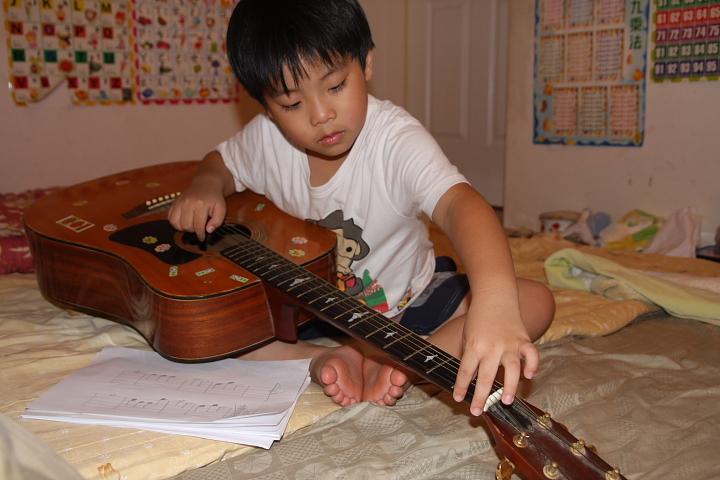 佑佑、彥彥玩吉他002